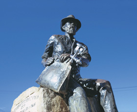 Paddy Hannans Statue - Accommodation Redcliffe