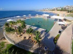 Kings Beach - Beachfront Salt Water Pool - Accommodation Redcliffe