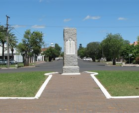 War Memorial and Heroes Avenue - Accommodation Redcliffe