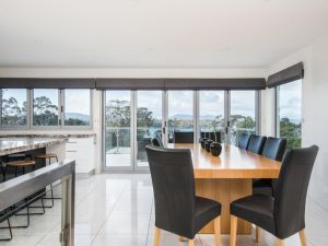 Paradise Point - Tamar Valley 14 Persons Residence with pool - Accommodation Redcliffe
